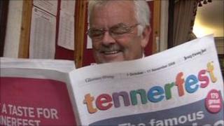 Man holding Tennerfest menu