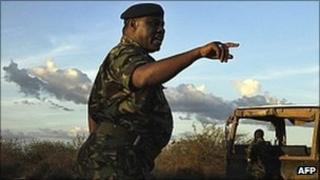 Kenyan security forces get instructions on 15 October 2011 during a search mission near Liboi, Kenya's border town with Somalia after two Spanish aid workers were kidnapped from Kenya's Dadaab refugee camp
