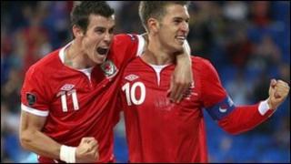 Gareth Bale ac Aaron Ramsey yn dathlu
