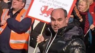 Protestwyr yng Nghaerdydd