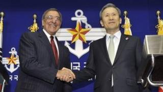South Korean Defence Minister Kim Kwan-jin (R) shakes hands with US Defence Secretary Leon Panetta in Seoul on 28 October 2011