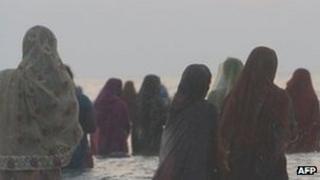 Women by the beach in Mumbai (November 2011)