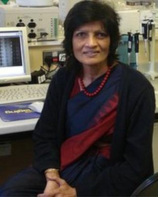 Meena Upadhyaya, darlithydd mewn geneteg ym Mhrifysgol Caerdydd
