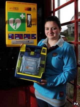 Girl Guide Heather Munro with the defibrillator machine