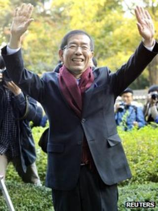 New Seoul Mayor Park Won-soon waves to people as he comes to work at Seoul City Hall on 27 October 2011