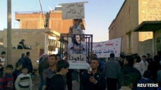Image apparently showing demonstrators protesting against President Assad in Amude on 6 Nov