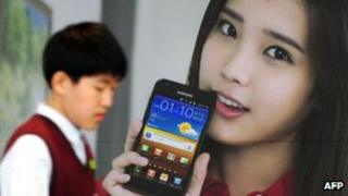 Samsung advertises one of its LTE phones in Seoul