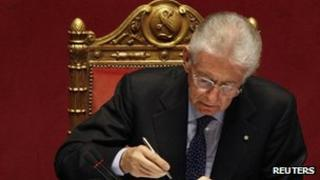 Mario Monti writes a note during the vote of confidence