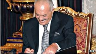 Yemeni President Ali Abdullah Saleh signing a Gulf Cooperation Council-sponsored transition deal to exit power