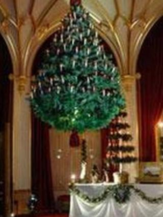 The suspended Christmas tree