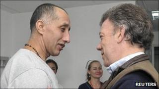 Colombian President Juan Manuel Santos embracing rescued hostage Sgt Luis Alberto Erazo