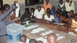 Scrutineers count ballots at Saint Peter's school in Kinshasa, 28 November 2011