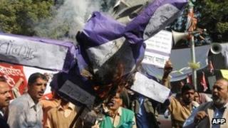 Protesters burn an effigy of Mr Singh in Delhi, 30 Nov