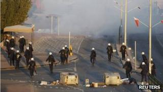 Bahrain police disperse protesters (24 November)