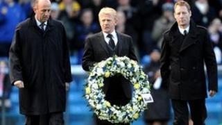 Cyn beldroedwyr Leeds, Gary McAllister, Gordon Strachan a David Batty - yn gosod torch er cof am Gary Speed cyn dechrau'r gêm yn erbyn Millwall.