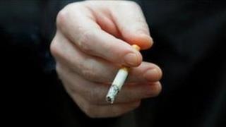 Llaw yn dal sigarét
