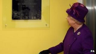 Queen visits medical centre