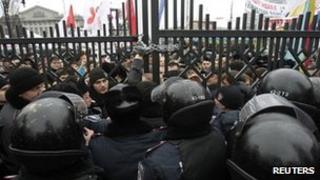 Riot police stop supporters of Ukraine opposition leader Yulia Tymoshenko entering Kiev appeal court (13 Dc 2011)