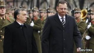 Hungarian PM Viktor Orban (L) with Czech leader Petr Necas in Budapest (15 Dec 2011)