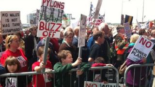Protest trigolion Sir Drefaldwyn yn erbyn y Peilonau ym mis Mai