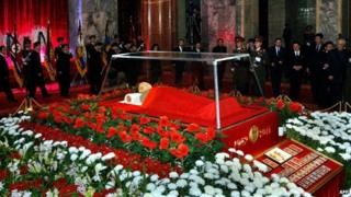 Kim Jong-il lies in state at the Kumsusan Memorial Palace
