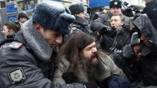 Police detain activists from the Other Russia opposition movement in Moscow 21 Dec 2011