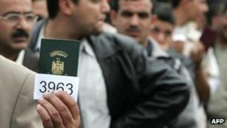 Iraqi refugees queue up in Syria