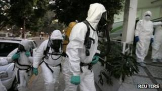 Police forensic teams arrive at hospital in Guadalajara, Mexico (26 Dec 2011)