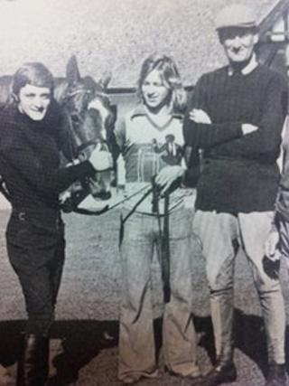 Peter Walwyn (far right) and horse Grundy in 1975, with jockey and stable assistant