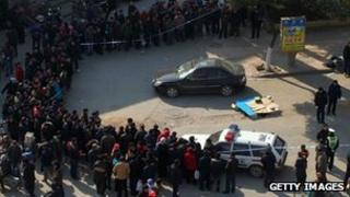 Police cordon off the robbery scene in front of a branch of Agricultural Bank of China in Nanjing, 6 January 2012