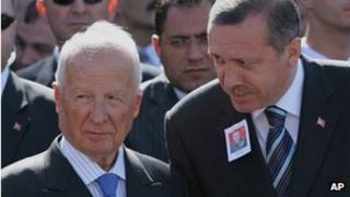 Kenan Evren (L) with Turkish PM Recep Tayyip Erdogan (file pic 2005)