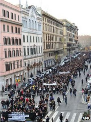 Marchers proceed through Rome, 10 January