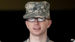 Bradley Manning cyn y rhag-wrandawiad yn Fort Meade, Maryland, Rhagfyr 22 2011