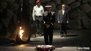 US. Chairman of the Joint Chiefs of Staff General Martin Dempsey observes a moment of silence after laying a wreath at the Yad Vashem Holocaust memorial in Jerusalem