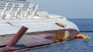 Fuel spill experts work on the Costa Concordia (21 January)