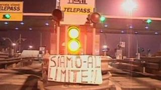 """Sign on toll-booth near Naples saying: """"We've reached our limit"""" (24 Jan 2012)"""