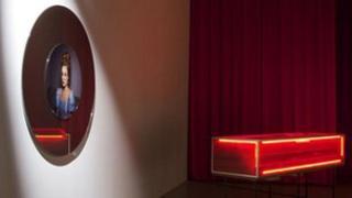 """Gwaith Miriam Bäckström o Sweden """"Attractions/Red Vitrine"""". Gwobr Artest Mundi 5 2012"""