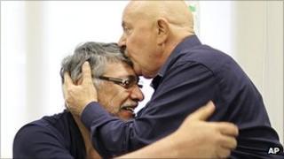 Paraguayan President Fernando Lugo embracing former Brazilian President Lula da Silva in hospital