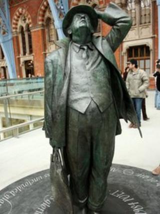 John Betjeman sculpture at St Pancras