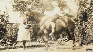 P L and Freda Hewlett with their pony, Betty