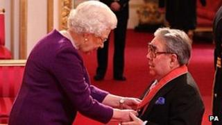 Ronnie Corbett receiving his CBE from the Queen