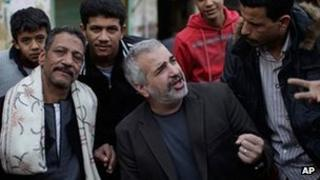 Anthony Shadid talking with a group of people in Cairo