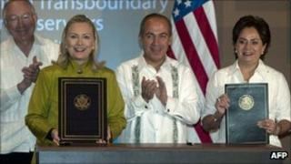 US Secretary of State Hillary Clinton and Mexican Foreign Minister Patricia Espinosa hold copies of the agreement. Mexican President Felipe Calderon and US Interior Secretary Ken Salazar stand behind.