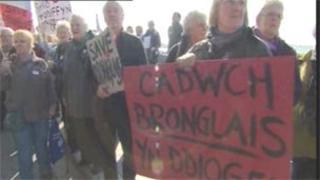 Protestwyr Ysbyty Bronglais y tu allan i'r Senedd