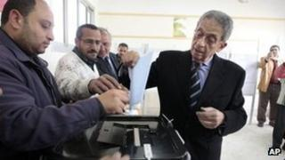 Presidential hopeful Amr Moussa casts his vote in elections for the Shura Council (30 January 2012)
