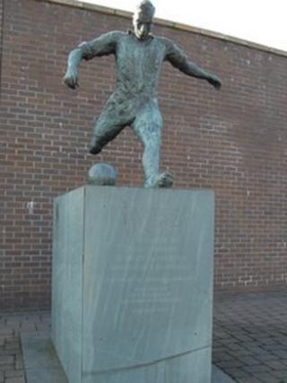 Jackie Milburn statue
