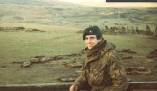 Tim Cahill yn y Falklands ar ddiwedd y rhyfel