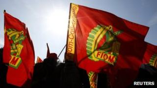 Striking metalworkers from the FIOM union wave flags [9 March 2012]