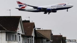 Aircraft comes into land at Heathrow close to houses