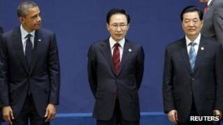 President Barack Obama (L), President Lee Myung-Bak (C) and President Hu Jintao pose for a group photo at the Nuclear Security Summit in Seoul, 27 March 2012